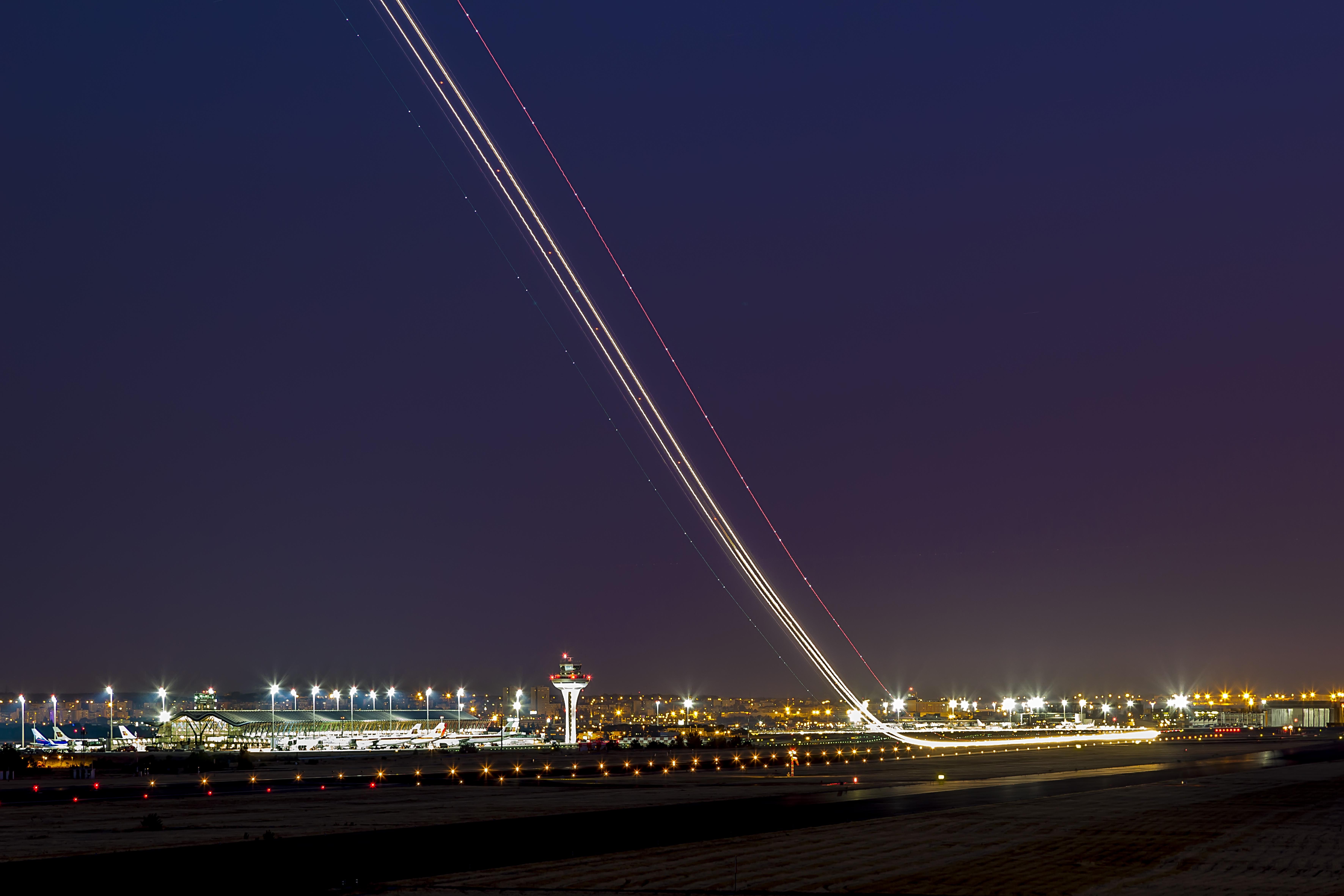 Estela nocturna de un avión despegando