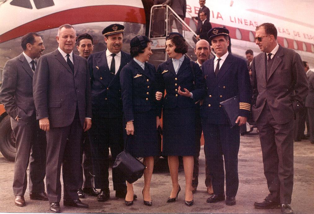 Foto de pasajeros y tripulación en plataforma