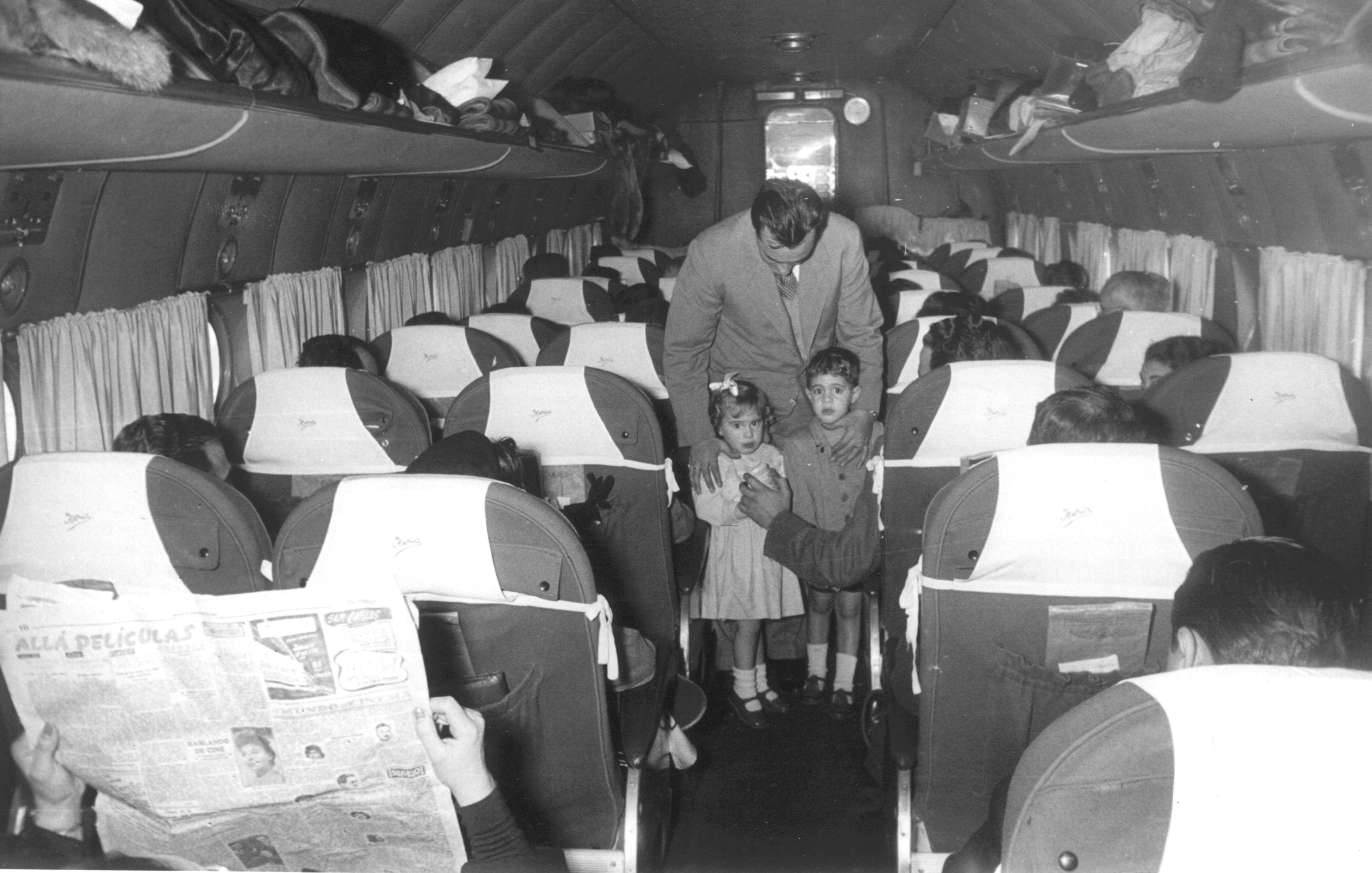 Interior del DC-4 con niños