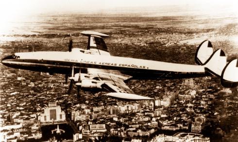 Foto del Lockheed L-1049 Super Constellation de Iberia sobrevolando Madrid