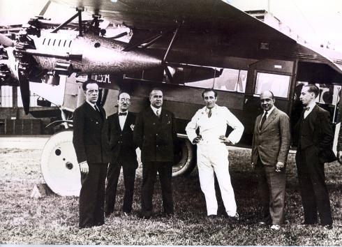 Foto de pasajeros y tripulación junto a un Fokker F.VII de CLASA