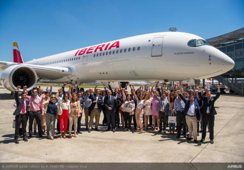 Avión de IBERIA con personal en tierra